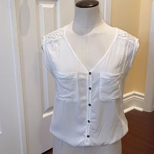 Grg white short sleeve top w buttons + lace